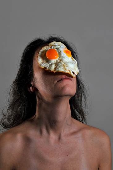 emanuela franchini photography, Eggs, self portrait with food on face